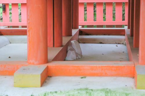 水谷神社の白漆喰で固められた磐座